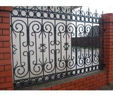 Забор с элементами художественной ковки