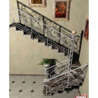 Мраморная лестница с коваными перилами