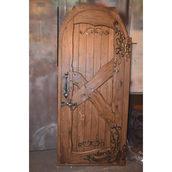 Деревянная дверь с элементами ковки