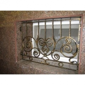 Кованая решетка на окно цокольного этажа