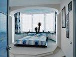 Сучасне ліжко в спальні
