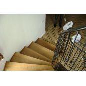 Лестница поворотная на 180 градусов с кованным перилом