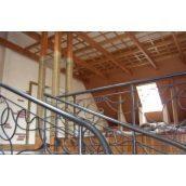 Прямая лестница с кованным перилом