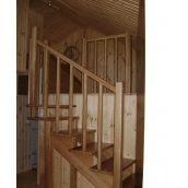 Поручні сходів з дерев'яними балясинами