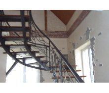 Лестница с площадкой с кованным перелом