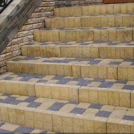 Поребрик фигурный квадратный Золотой Мандарин 500х80х250 мм на сером цементе горчичный