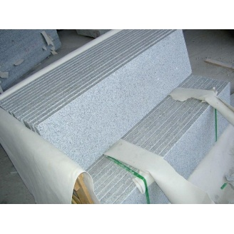 Ступень из Покостовского серого гранита термообработанная 330х30 мм