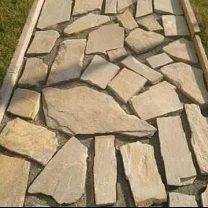 Вариант организации садовой дорожки из каменной брекчии