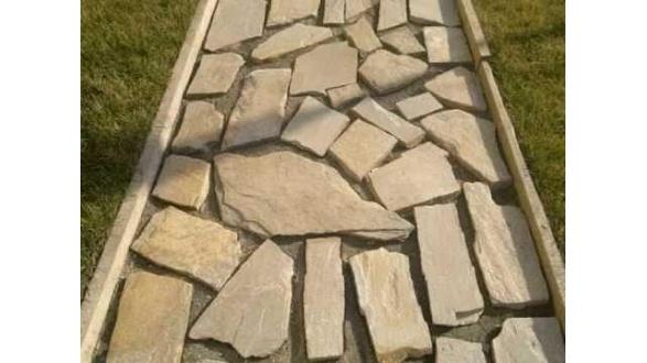 Варіант організації садової доріжки з кам'яної брекчиї