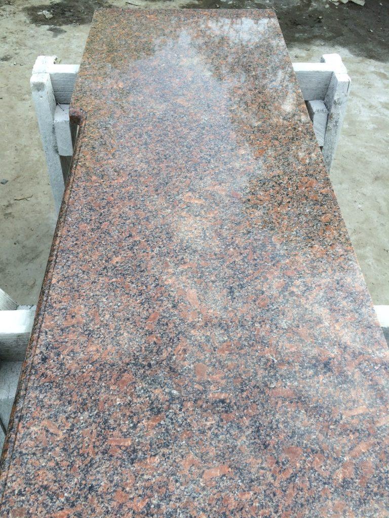 Готовый вариант длинной столешницы из природного камня