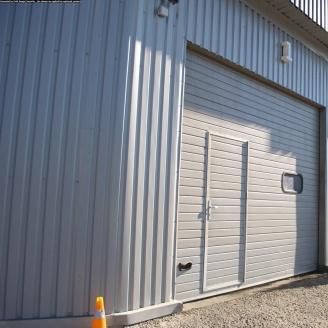 Ворота гаражные секционные Ryterna R40 woodgrain узкий гофр RAL 9006