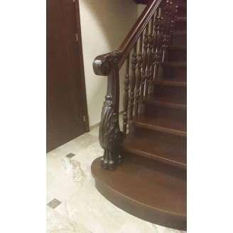 Лестница комбинированная с декоративными балясинами и столбами