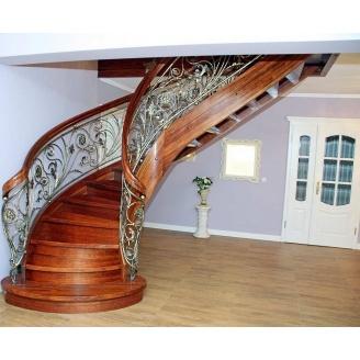 Лестница с декоративными кованными и гнутыми элементами