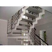 Лестница на тетивах Триумф Запад с металлическими перилами и стеклянными ступенями