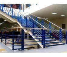 Лестница на косоурах Триумф Запад с металлическими перилами и ступенями
