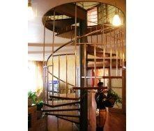 Винтовая лестница Триумф Запад c металлическими перилами и ступенями