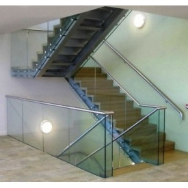 Лестница стеклянная Триумф Запад с металлическими перилами и деревянными ступенями