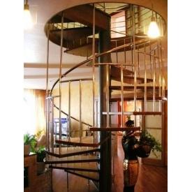 Гвинтові сходи Тріумф Захід з металевими поручнями і сходинками