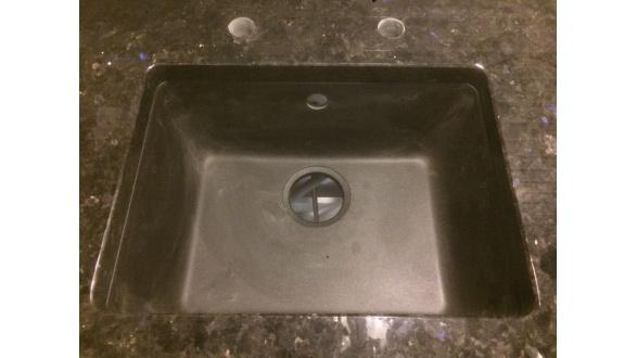 Гранітна стільниця з вирізом для підстільної мийки