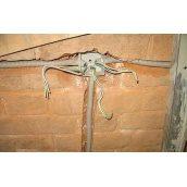 Штробление и укладка кабеля в кирпиче