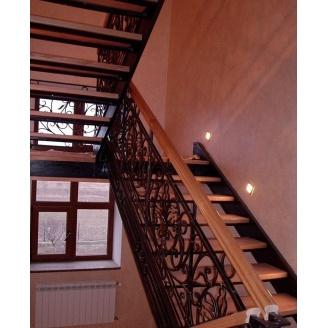 Изготовление деревянной лестницы с коваными перилами