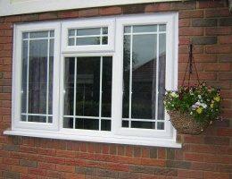 Щоб заощадити на опаленні віконне скло утеплюють прозорою плівкою