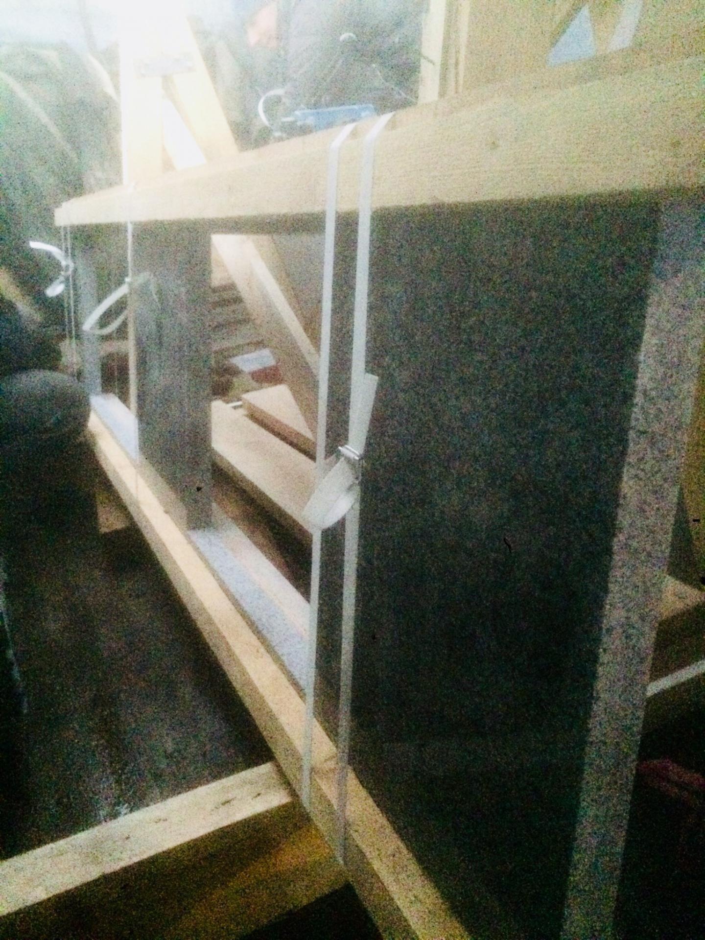 Упаковка гранитной столешницы с вырезами перед отправкой