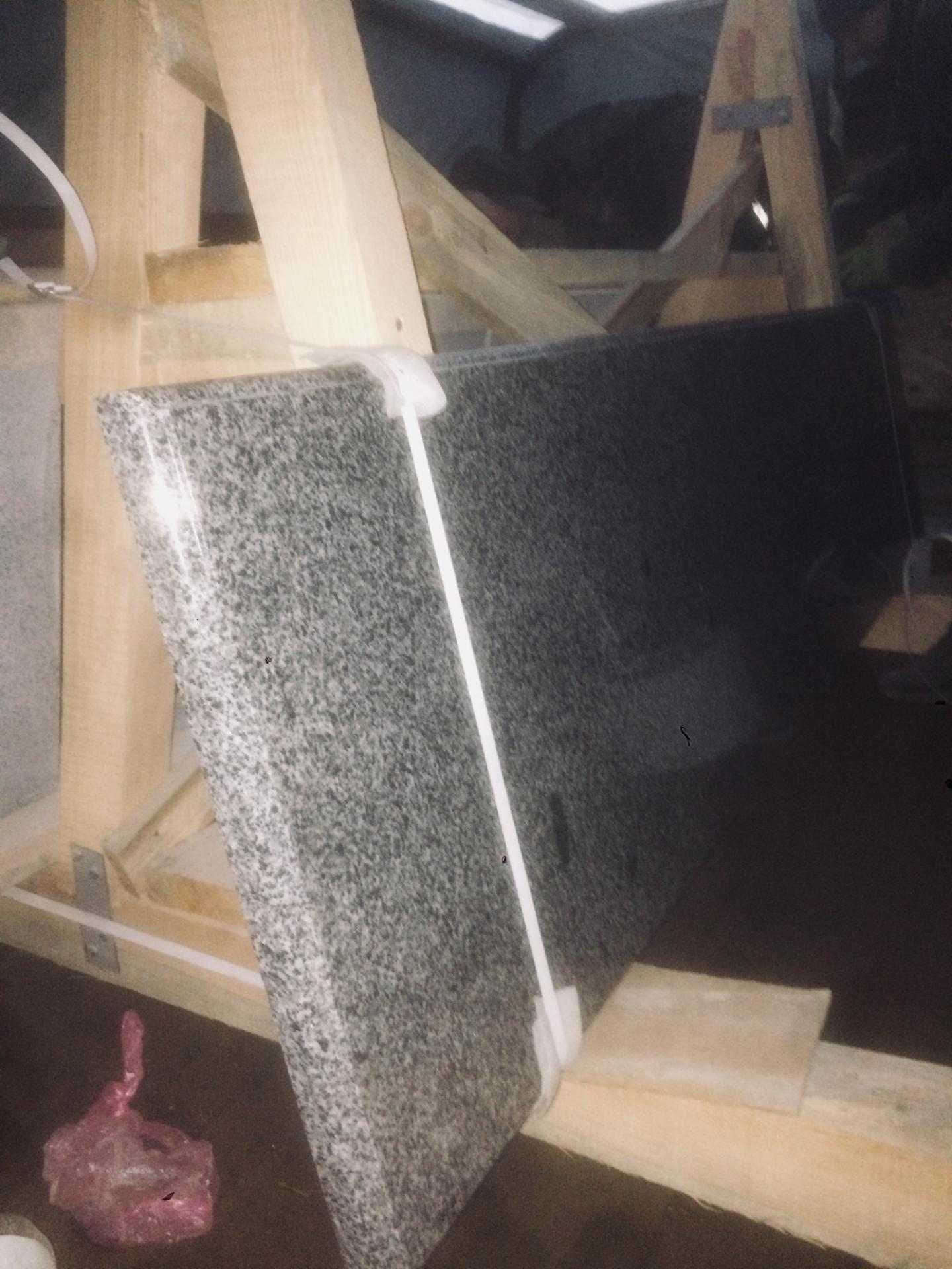 Доставка столешницы из камня на стойке-пирамиде