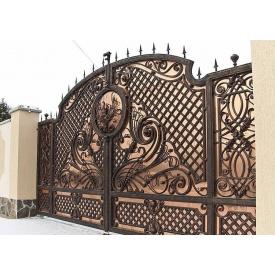 Распашные кованые ворота с полупрозрачной зашивкой