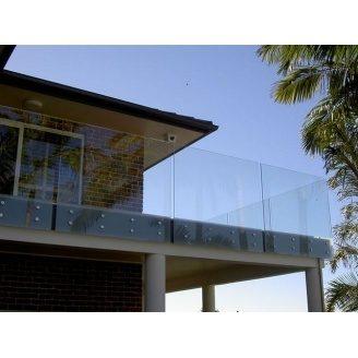 Стеклянное ограждение Студия закаленного стекла на точечных креплениях 1000х1000 мм