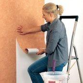 Наклеивание бумажных обоев на стены