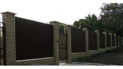 Будівництво паркану з профнастила з цегляними стовпчиками