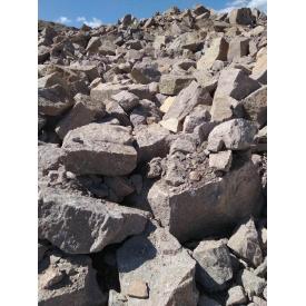 Бутовый гранитный камень навалом