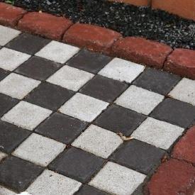 Тротуарна плитка Золотий Мандарин Квадрат малий 100х100х60 мм на сірому цементі чорний