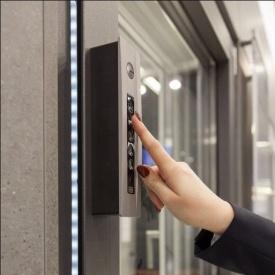 Окно KÖMMERLING 70 ST plus с автоматическим проветриванием и управлением на сенсорной панели ламинация антрацит