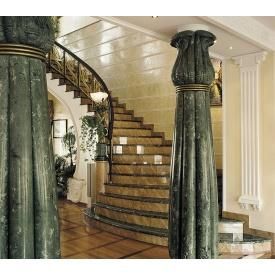 Мраморная лестница с перилами и балясинами