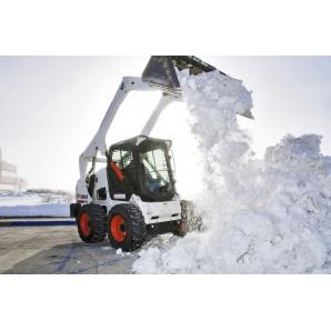 Прибирання снігу міні-навантажувачем Caterpillar 242 з відвалом