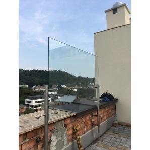 Стеклянное ограждение балкона с трубой 40х40 мм