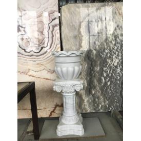 Мармурова ваза на колоні з пілястрами