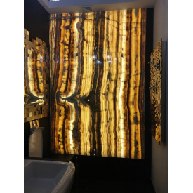 Панно из оникса с подсветкой в ванной комнате